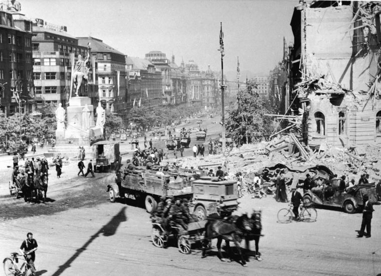 10 mei 1945: het Rode Leger arriveert per vrachtwagen en paard en wagen in Berlijn.  Beeld Getty