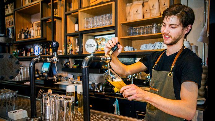 Serge tapt het biertje bij Thoms aan de Meent. Het kost 3,20 euro, maar dan heb je wel een vaasje met 0,3 liter.