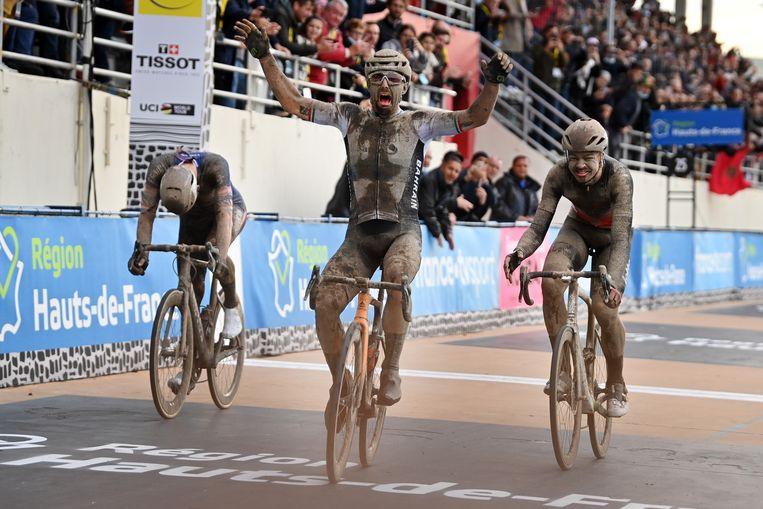 Italiaan Sonny Colbrelli rijdt als eerste over de finish, met achter hem Mathieu van der Poel en de Belgische Florian Vermeersch. Beeld BELGA