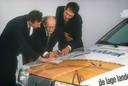 Jan Raas buigt zich met Theo de Rooij en Adrie van Houwelingen over de routekaart.