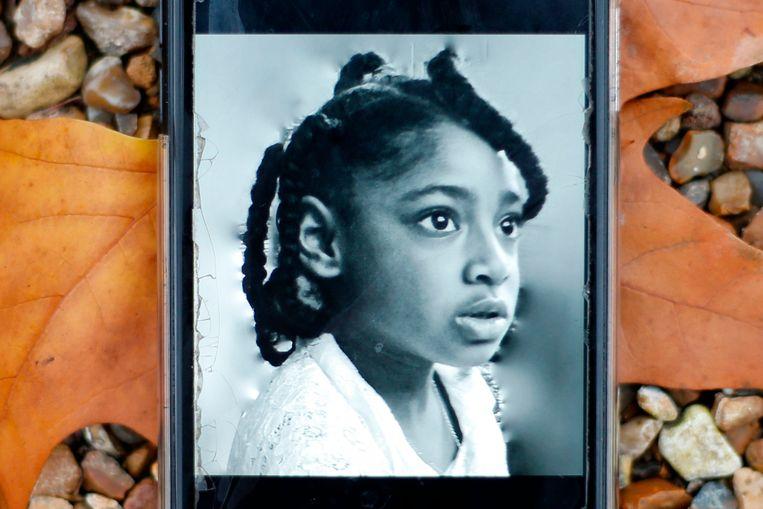 Een telefoon met een foto van Ella Adoo-Kissi-Debrah. Zij leed aan astma en stierf in 2013 mede als gevolg van luchtvervuiling.  Beeld AFP