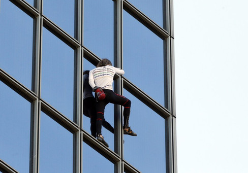 Foto van 'Spiderman' beklimt Ministerie van Defensie Parijs