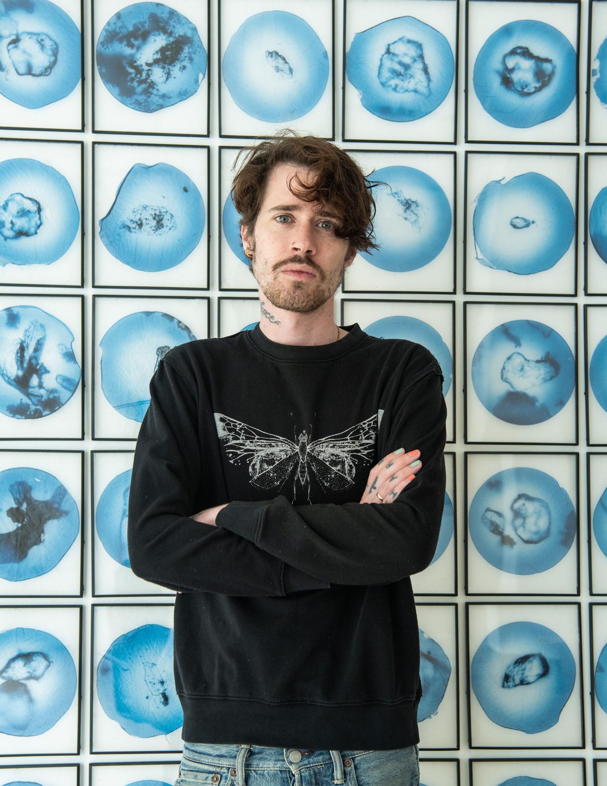 Tom Eerebout voor een werk van Joost Vandebrug. Beeld GalleryViewer