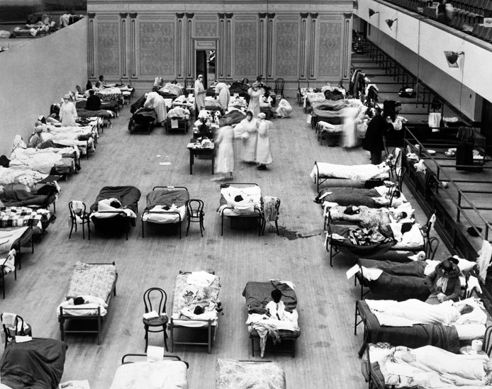 Een geïmproviseerd ziekenhuis in Oakland, Californië, ten tijde van de griepepidemie van 1918 die minstens vijf miljoen levens eiste.