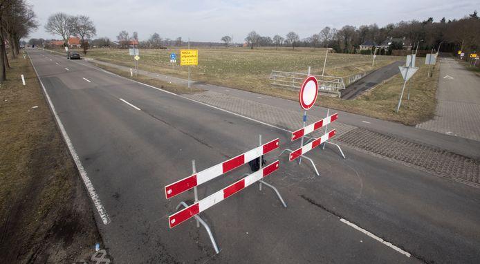 De Needseweg (N823) thv kruising Woestenes enkele jaren geleden, toen een viaduct over de nieuwe N18 werd gebouwd. Nu gaat de weg 2 weken op slot voor nieuw asfalt.