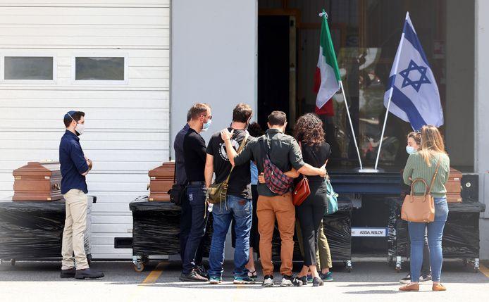 Familieleden rouwen bij de kisten van de vijf Israëlische slachtoffers.