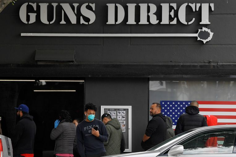 Tijdens de coronacrisis steeg de wapenverkoop in de Verenigde Staten, zoals hier in Burbank in de Amerikaanse staat Californië.  Beeld AP