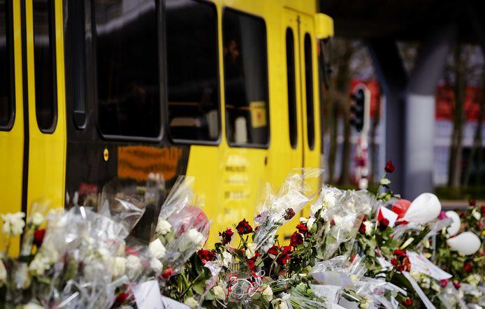Een tram rijdt langs de bloemenzee op het 24 Oktoberplein, een week na de aanslag in maart 2019.