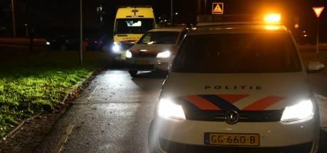 Fietser gewond naar ziekenhuis na aanrijding op rotonde in Enschede