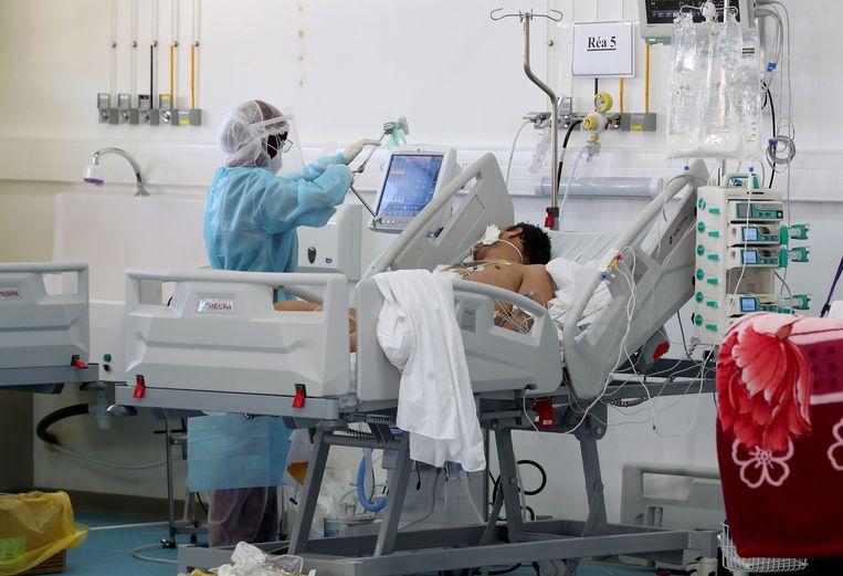 Een coronapatiënt wordt behandeld in een noodhospitaal in Tunesië. Beeld EPA