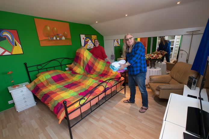Clementine Brugman-Borgart en Anton Borgart in hun Bed en Breakfast Harry's Home.