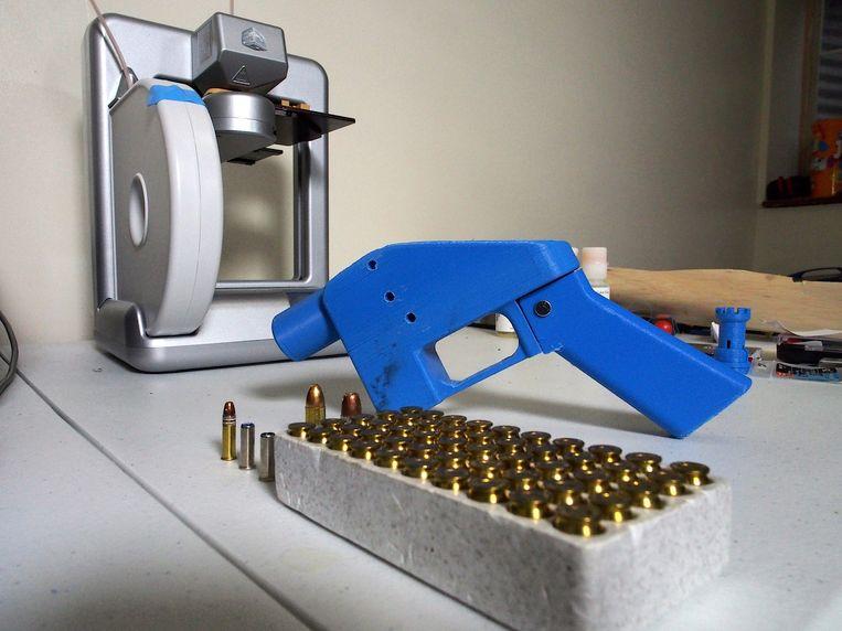 Het Liberator-pistool en de printer die de onderdelen vervaardigde in 2013.  Beeld AFP