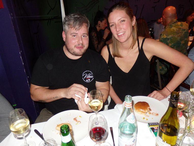 Guillaume de Beer en Johanneke van Iwaarden (4, Maris Piper) zetten kooiduif op het menu, maar serveren een (matige) burger. 'Laten we lol hebben. It's just food.' Beeld Schuim