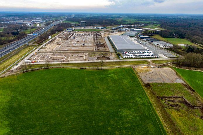 Afgelopen januari waren op het terrein waar het XXL Distributiecentrum wordt gebouwd de eerste werkzaamheden al in volle gang. Op de voorgrond het tweede deel van het bedrijventerrein A1, dat nu ook in ontwikkeling is.