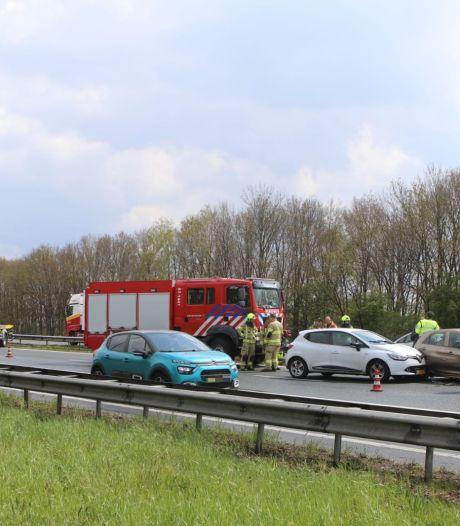 Vier auto's botsen op elkaar op A1 bij Voorthuizen
