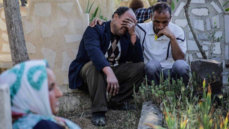 Turkse burgers in Kilis in tranen op een begrafenis, nadat vijf raketten vanuit IS-gecontroleerd gebied in Syrië de grensstad troffen.