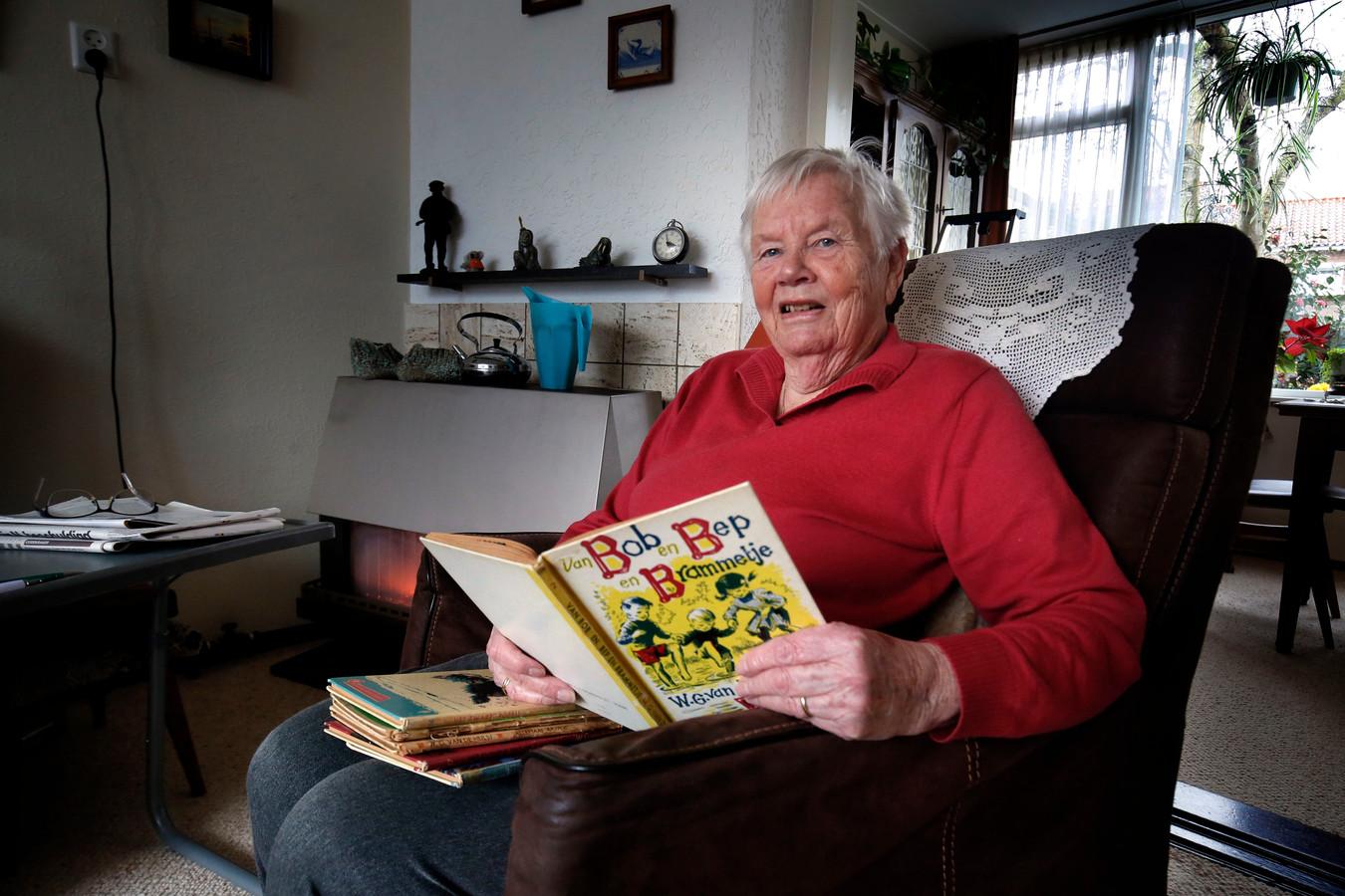 De 90-jarige Klazien Verhoeff-van Dusseldorp met de (voor)leesboekjes van W.G. van der Hulst.
