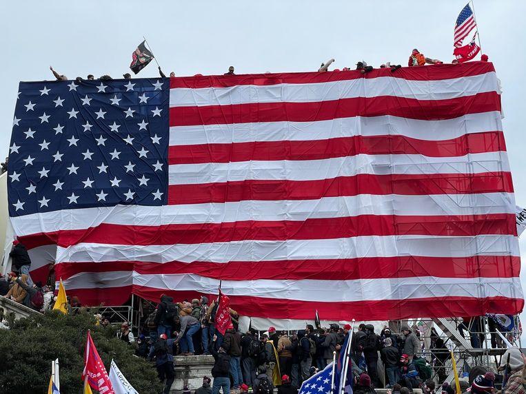 Trump-aanhangers bij het Capitool. Beeld Photo News