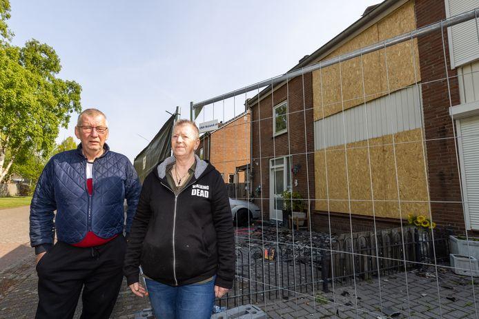 Ruud en Greet van den Brand voor hun volledig uitgebrande huurwoning aan de Jorisakkerstraat in Helvoirt.