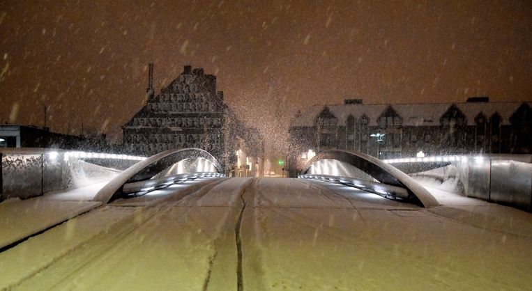 De Budabrug. Hopelijk raakt ze niet andermaal defect door het winterweer.