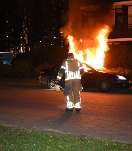 Almelo opgeschrikt door drie explosieve autobranden binnen een week: Is er een pyromaan actief?