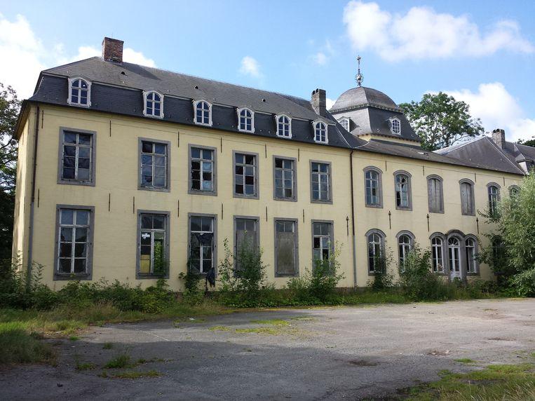 De Nederlandse eigenaars hebben het kasteel volledig laten verkommeren.