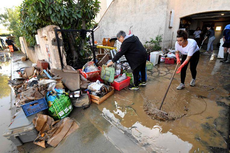 De getroffen inwoners zijn nu volop de modder uit hun huizen aan het kuisen.