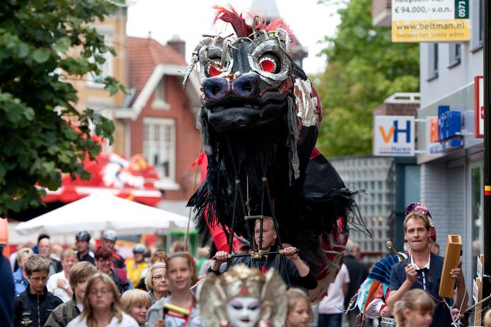 Toeschouwers dragen een Chinese draak door de Misterstraat in Winterswijk. In die plaats werd gisteren de vijfde editie afgesloten van de Achterhoekspektakeltoer, die ook dit jaar zes etappes telde.