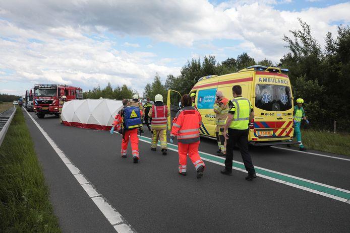 De weg is in beide richtingen afgesloten na een ernstig ongeluk