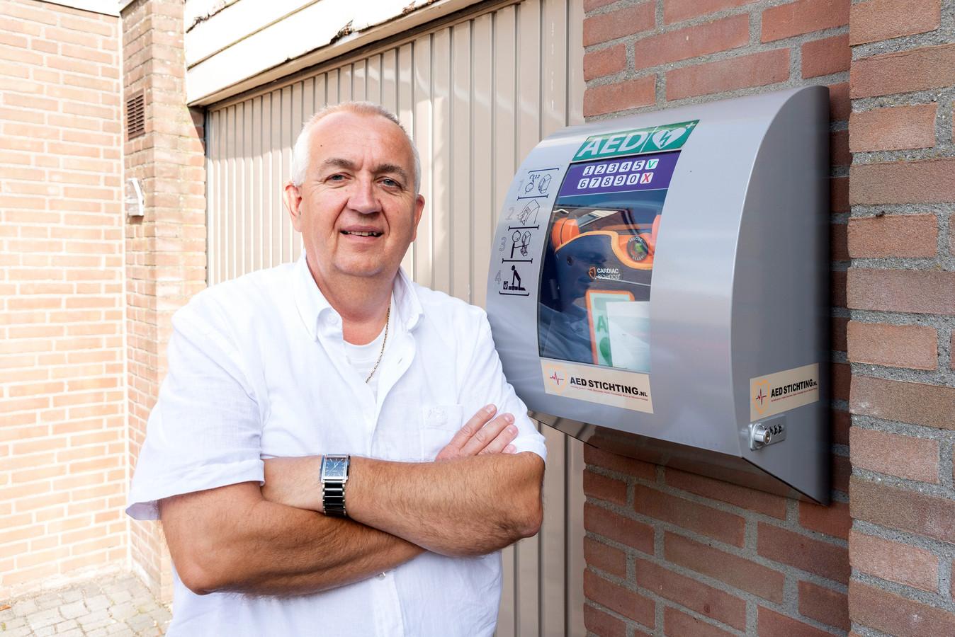Peter van Akkeren bij AED aan de Gierelaar in Wouw