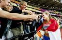 Dafne Schippers viert haar overwinning met haar ouders en broer tijdens de finale van de 200 meter hardlopen op het WK atletiek in het Olympisch Stadion in Londen (2011)