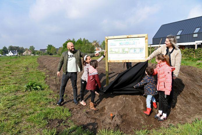 Wethouder Van Boxtel is aanwezig bij de opening van het pompoenenveldje, een initiatief van Wijkraad De Beljaart. Samen met haar kinderen en Sjoerd Giese voorzitter wijkraad het bord.
