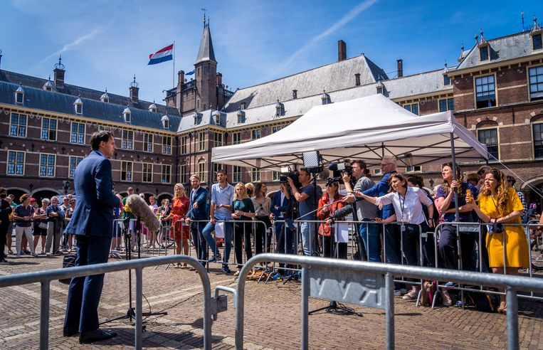 Wopke Hoekstra (CDA) staat de pers te woord na afloop van weer een gesprek met informateur Mariëtte Hamer.  Beeld Lex van Lieshout/ANP