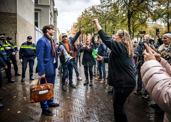 Thierry Baudet spreekt demonstranten toe op het Binnenhof die protesteerden tegen de coronawet. Baudet liet verstek gaan bij het debat, maar kwam wel naar buiten om het woord te richten tot de demonstranten.