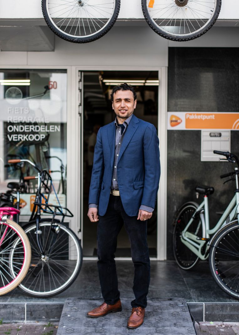 Tawab Khoshbin opende drie dagen voor de lockdown een fietsenwinkel. Beeld Lin Woldendorp
