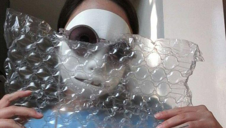 Designer Mayer heeft haar 3D geprinte masker op. Volgens haar duurzaam, want met 3D printen werk je zonder afval. Beeld Sarah Mayer