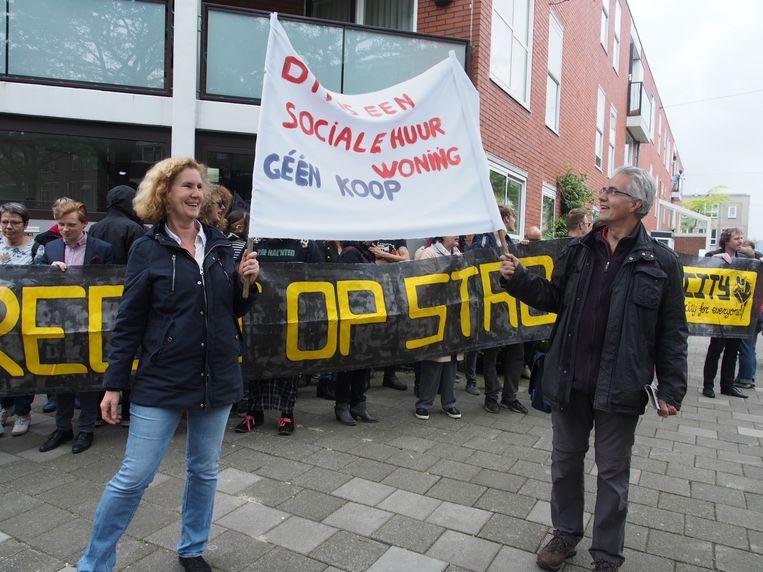 Jacqueline Abrahams (Huurdersvereniging Zuid) en Dingeman Coumou (Huurdersvereniging Centrum, GroenLinks) met demonstranten in de Borgerstraat. Beeld Ton Damen