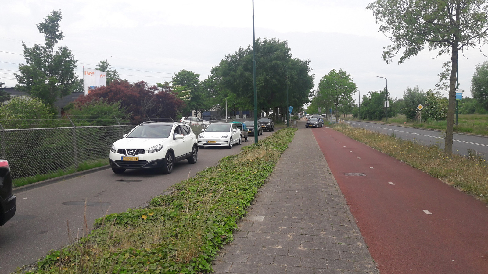 Drukte bij het afvalbrengstation in Veenendaal op de dag na Hemelvaartsdag.