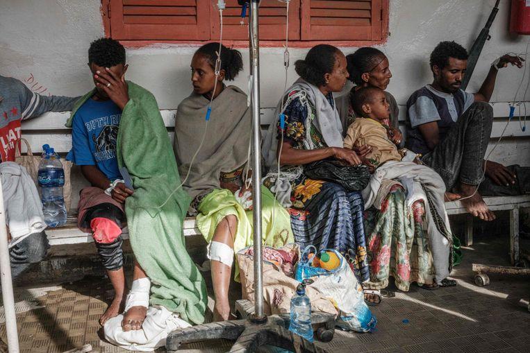 De 17-jarige Ataklti Gebremedhin (links)  is gewond geraakt bij een luchtaanval op een markt in Togoga in het noorden van Tigray. Er zouden tenminste 64 burgers zijn gedood.  Beeld AFP