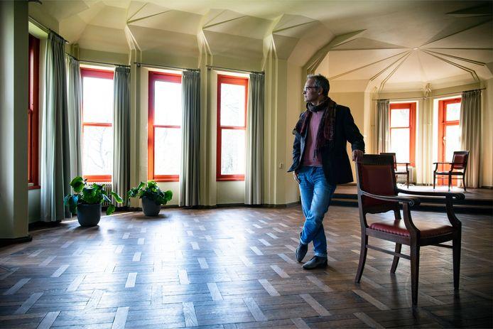 Pianist Sebastiaan Oosthout in de muziekzaal van Huis Wylerberg in Beek