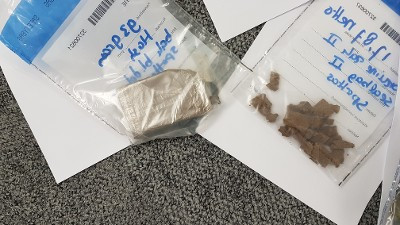 Gripzakjes met drugs gevonden in de auto van een dealer.