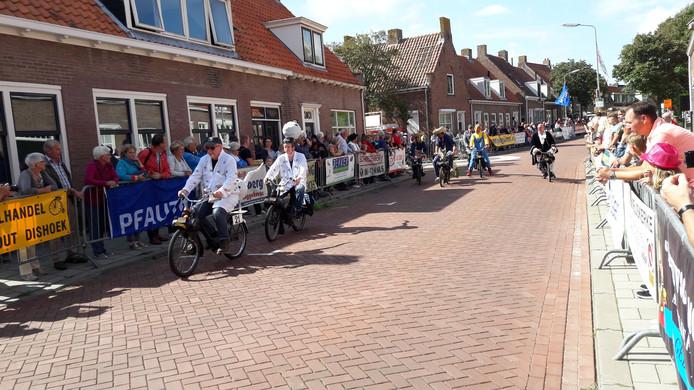 De 'zaaddonoren' (pa en zoon Pauw) in actie op solexrace Biggekerke 2017