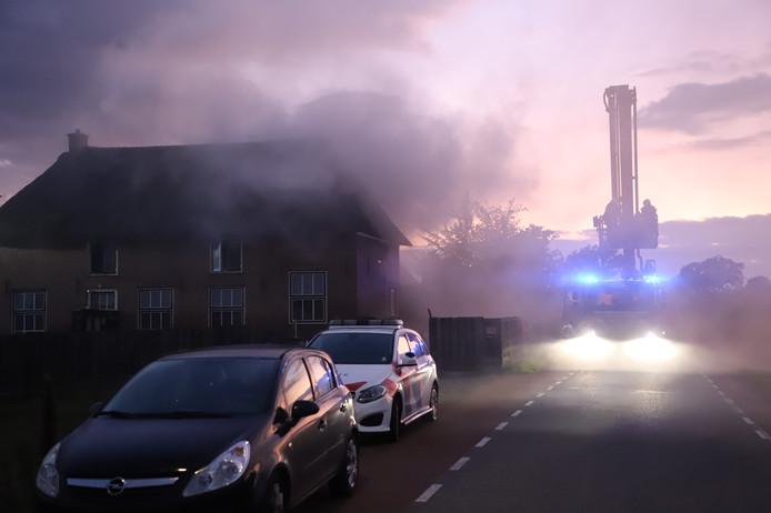 Dit rieten dak van een woning aan de Lingedijk staat in brand