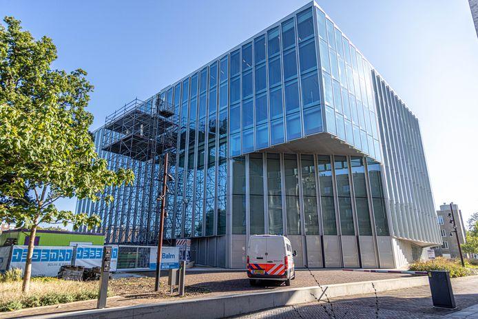 De rechtbank in Zwolle staat voor een deel in de steigers, vanwege de reparatie van vloeren en het dak. De werkzaamheden gaan naar verwachting nog tot het voorjaar duren.
