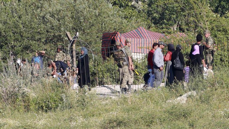 Syrische vluchtelingen steken de grens met Turkije over. Beeld reuters