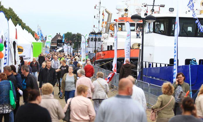 Bezoekers wandelen langs de kramen aan de haven tijdens het Baggerfestival in 2017.