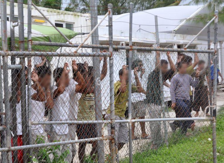 De levensomstandigheden op het asieleiland Manus, dat door Australië gehuurd wordt van Papoea-Nieuw-Guinea, waren mensonwaardig. Er waren mishandelingen door bewakers, medische zorgen werden ontzegd en er zat ongedierte in het opgediende eten. Beeld EPA