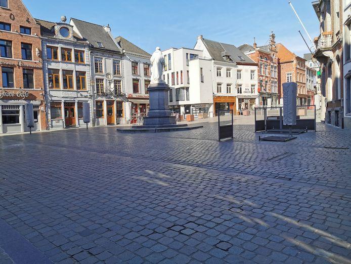 Een lege Grote Markt in Halle. Normaal staat het hier vol terrasjes van de horeczaken.