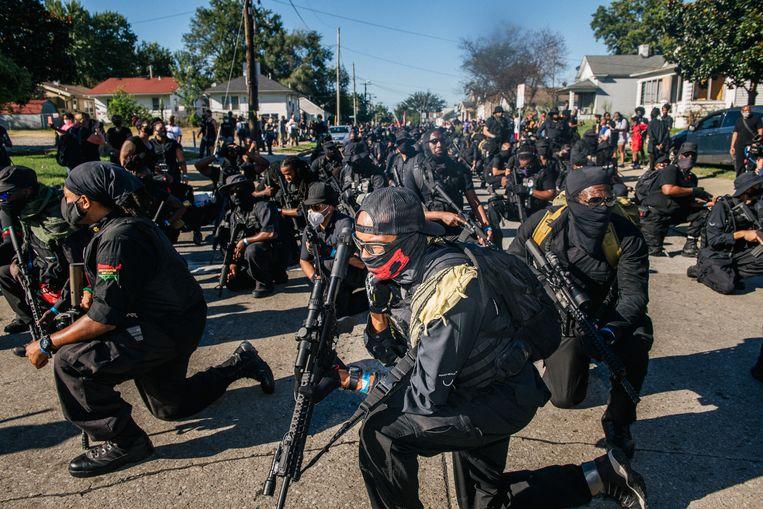 Leden van de NFAC-militie (Not Fucking Around Coalition) knielen tijdens een demonstratie die gerechtigheid eist voor Breonna Taylor. Beeld Getty Images