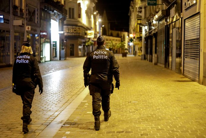 Policiers en patrouille nocturne, lors du couvre-feu, à Bruxelles